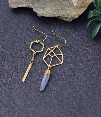 Asymmetrische grafische zeshoek oorbellen