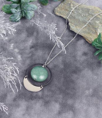 Lange halve maan halssnoer met groene steen