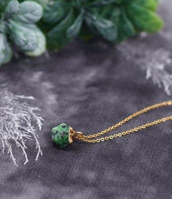 Korte gouden ketting met groene steen