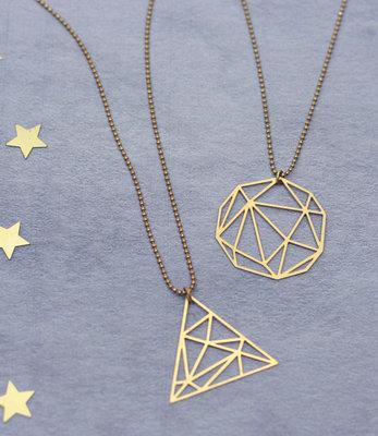 Geometrische gouden ketting met grafische hanger