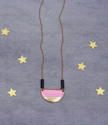 Lange ketting met roze half-rond hanger
