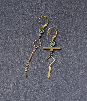 Goud-turquoise asymmetrische oorbellen